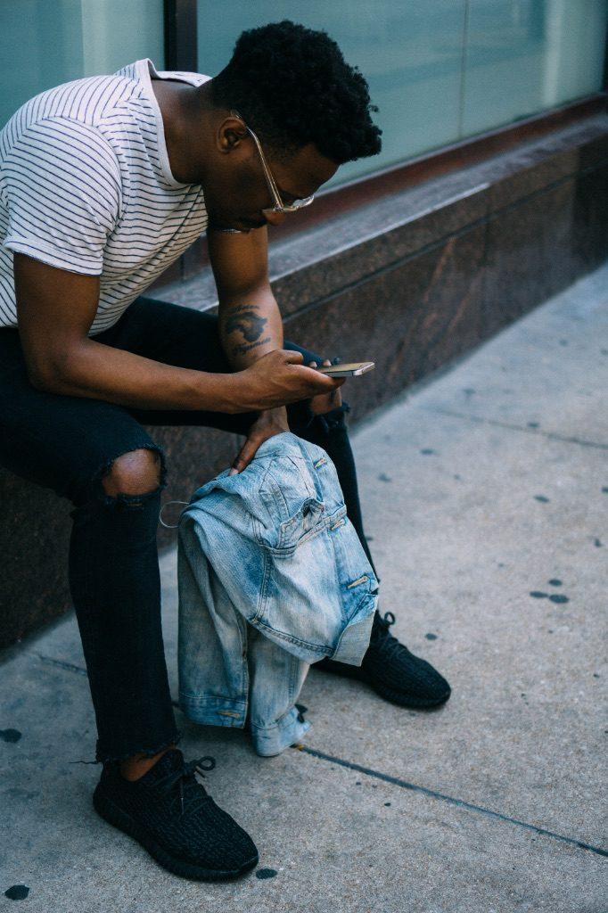 jongeman met mobieltje